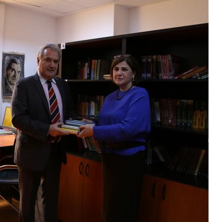 Чрезвычайный и Полномочный посол Греции в Азербайджане Димитрис Тсунгас посетил библиотеку Переводческого Центра при Кабинете министров Азербайджанской Республики
