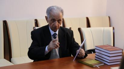 Der berühmte Gelehrte, Forscher und Professor an der Staatlichen Universität Baku Schirmemmed Hüseynow war im Übersetzungszentrum