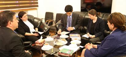 الملحق الياباني يزور مركز الترجمة الحكومي الأذربيجاني